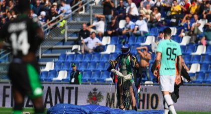 Paraglider lands on pitch during Inter's win at Sassuolo