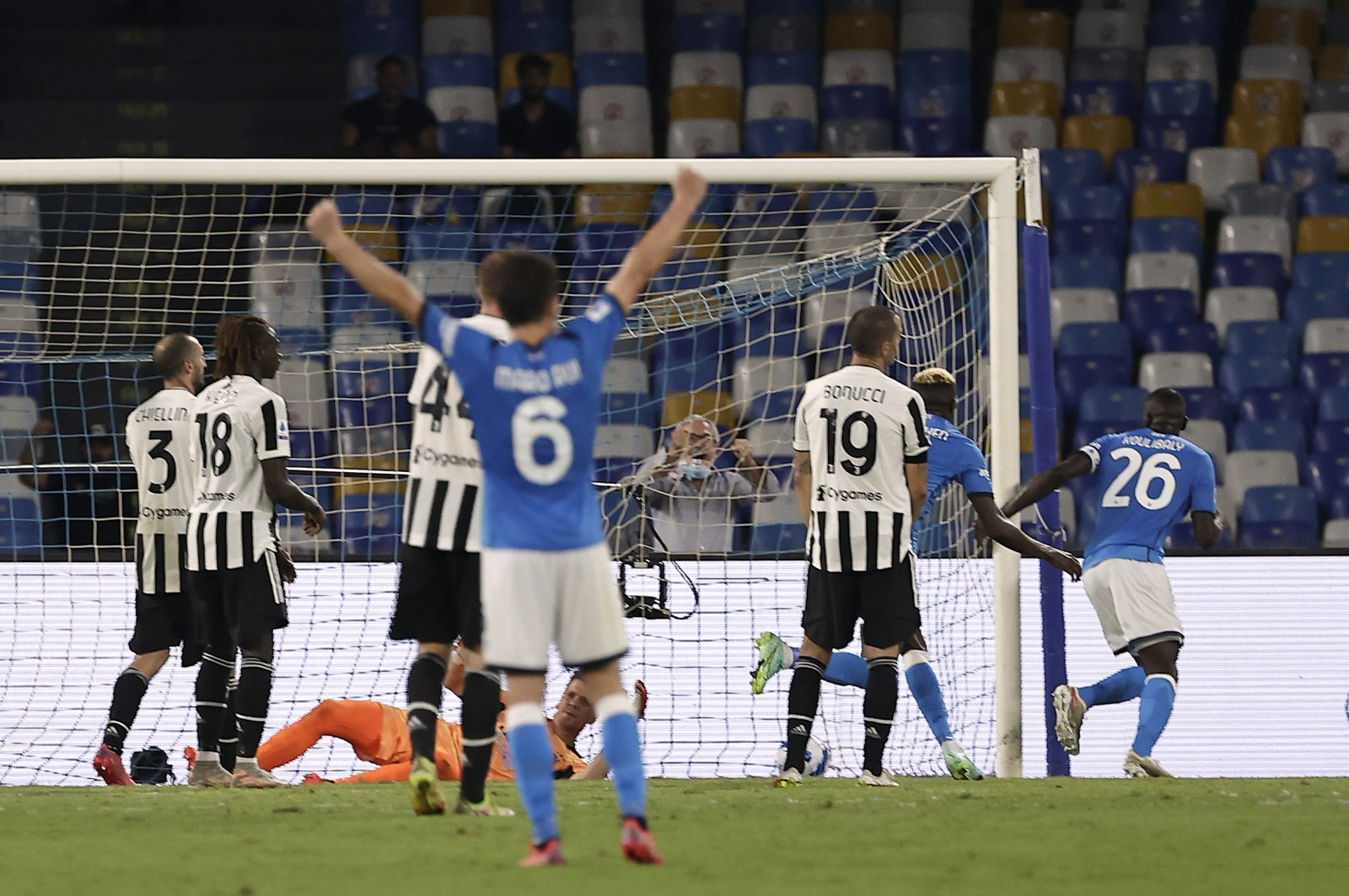 Napoli come from behind to beat struggling Juventus